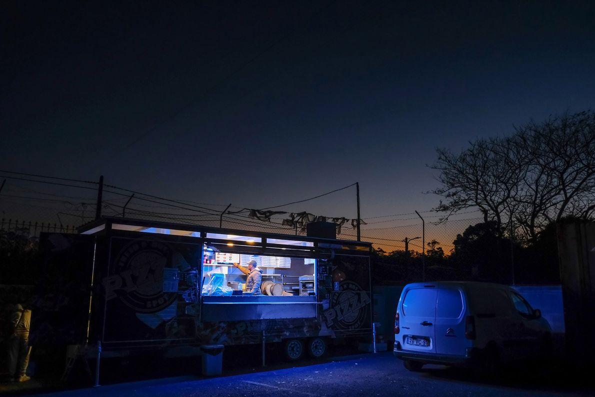 """A roulotte de pizzas """"Hot and Fresh"""", em Angra do Heroísmo, é um dos poucos sítios ..."""