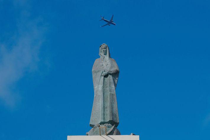 Um avião que tinha levantado voo do Aeroporto Internacional das Lajes, na Ilha Terceira, sobrevoava o ...