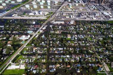 Uma inundação atinge um bairro em Norco, no Louisiana, uma cidade industrial nas margens do rio ...