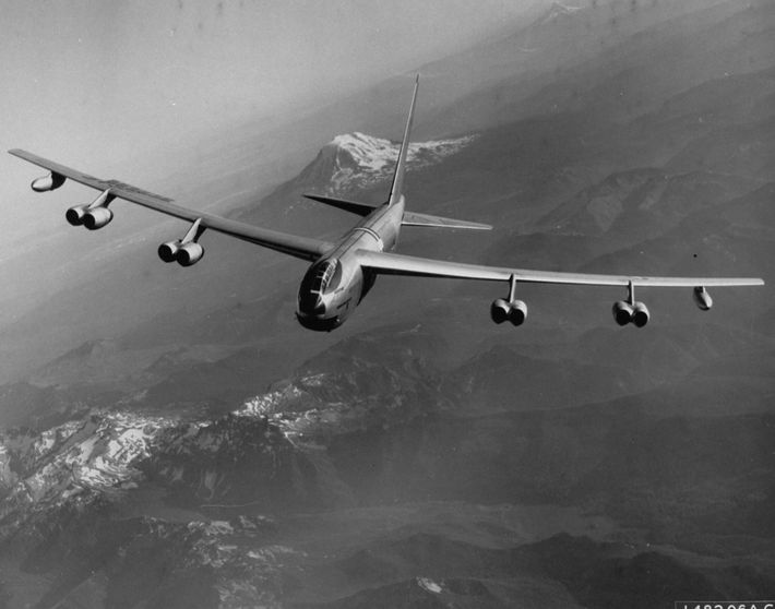 Como parte da Operação Chrome Dome da era da Guerra Fria, os bombardeiros B-52 da Força ...