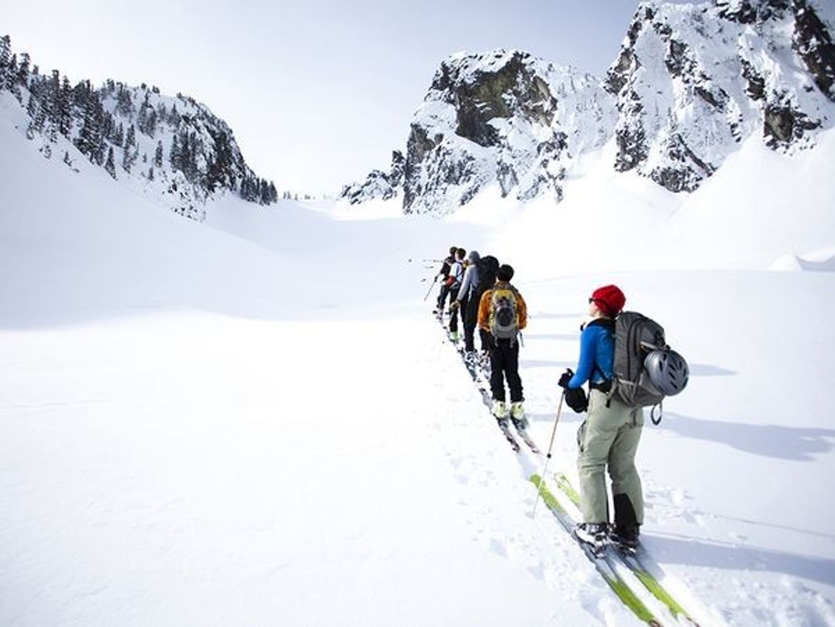 Fotografia de esquiadores a subir no Estado de Washington.
