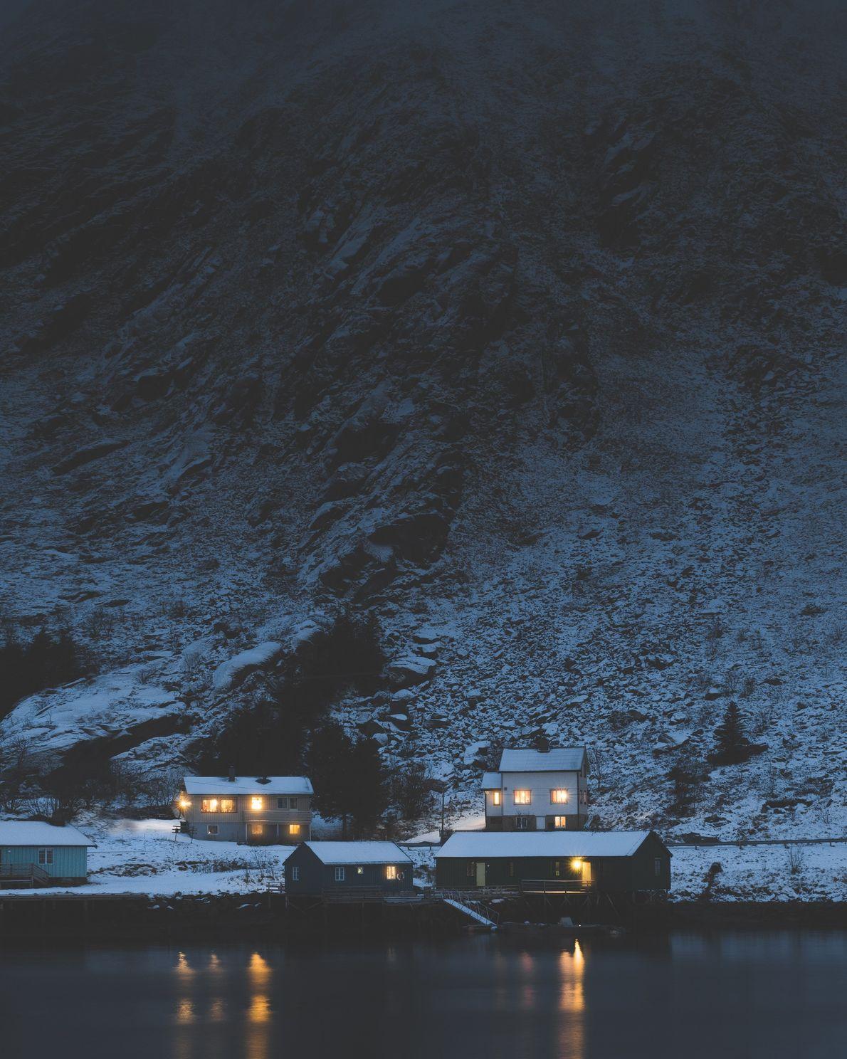 Janelas iluminadas na aldeia de Ballstad