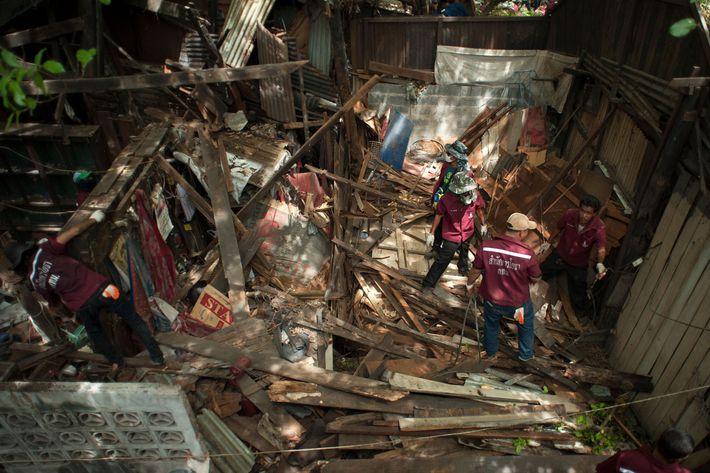 Um habitante caminha pelos escombros de uma casa de um bairro fortificado, que foi demolido em ...