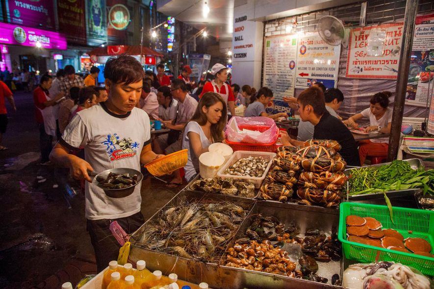 As famosas bancas de comida de Yaowarat foram poupadas até ao momento.