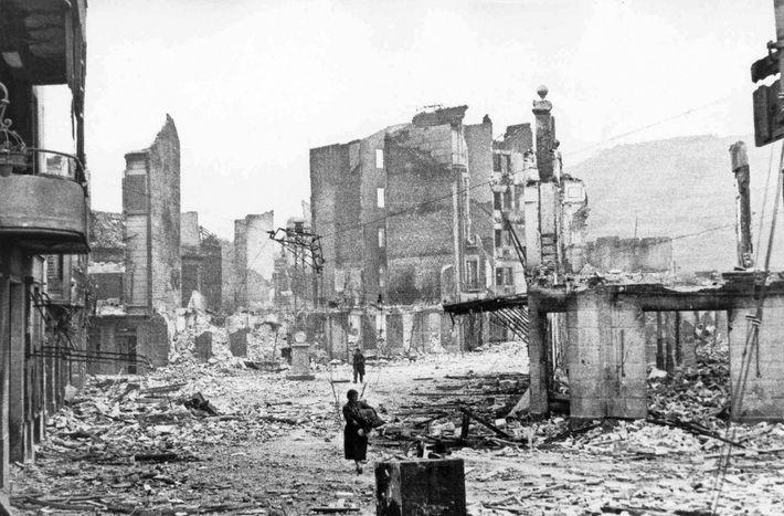 A cidade basca de Guernica ficou reduzida a escombros depois de ter sido bombardeada pelas forças ...