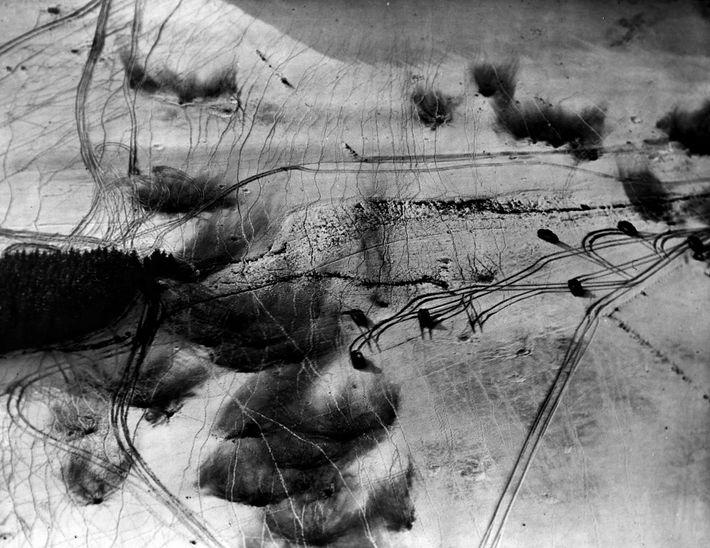 Nos primeiros dias da batalha, o mau tempo obrigou os aviões Aliados a ficarem em terra, ...