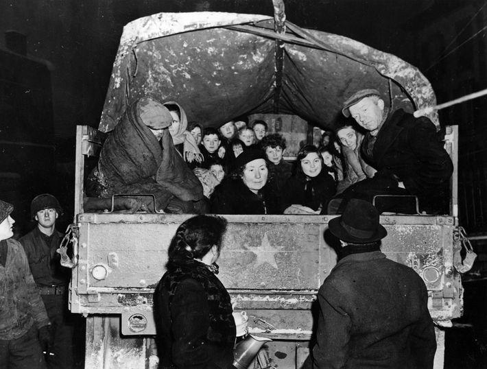 No início de janeiro de 1945, na tentativa de minimizar as baixas civis, as tropas da ...