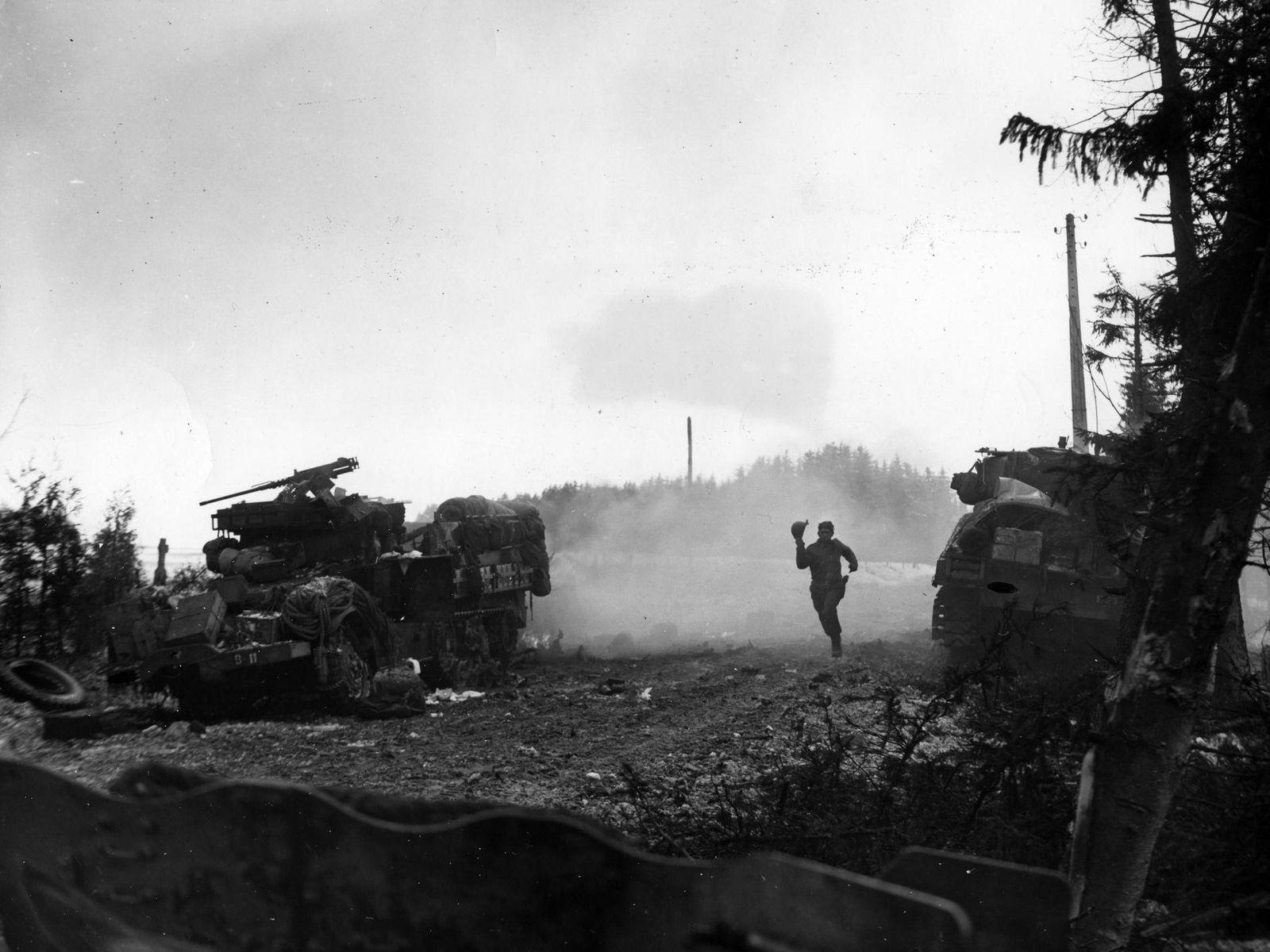 Um soldado americano tenta fugir debaixo de fogo alemão.