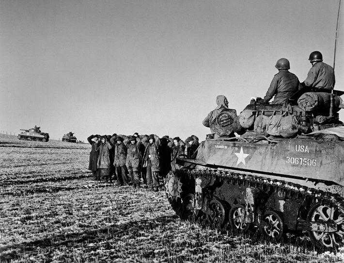 Após o sucesso inicial, a maré virou-se rapidamente contra as tropas da Alemanha. Este grupo, perto ...