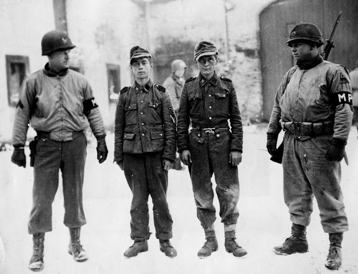 As tropas aliadas perceberam o desespero dos alemães quando começaram a capturar crianças que tinham sido ...