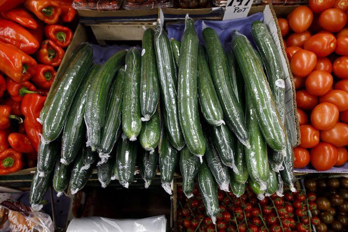 Pepinos embalados em plástico numa mercearia em Toronto. As embalagens de alimentos foram novamente o segundo ...