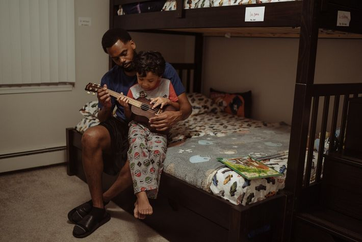 Erin Maltbie lê uma história de embalar para o seu filho Sam e complementa a leitura ...
