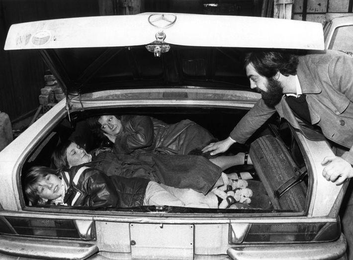 O empresário Alfine Fuad mostra como escondeu a sua família para fugir de Berlim Leste, através ...