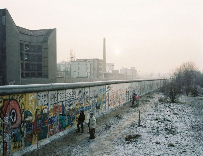 O Muro de Berlim estendia-se por toda a cidade e estava protegido por minas terrestres, cães ...