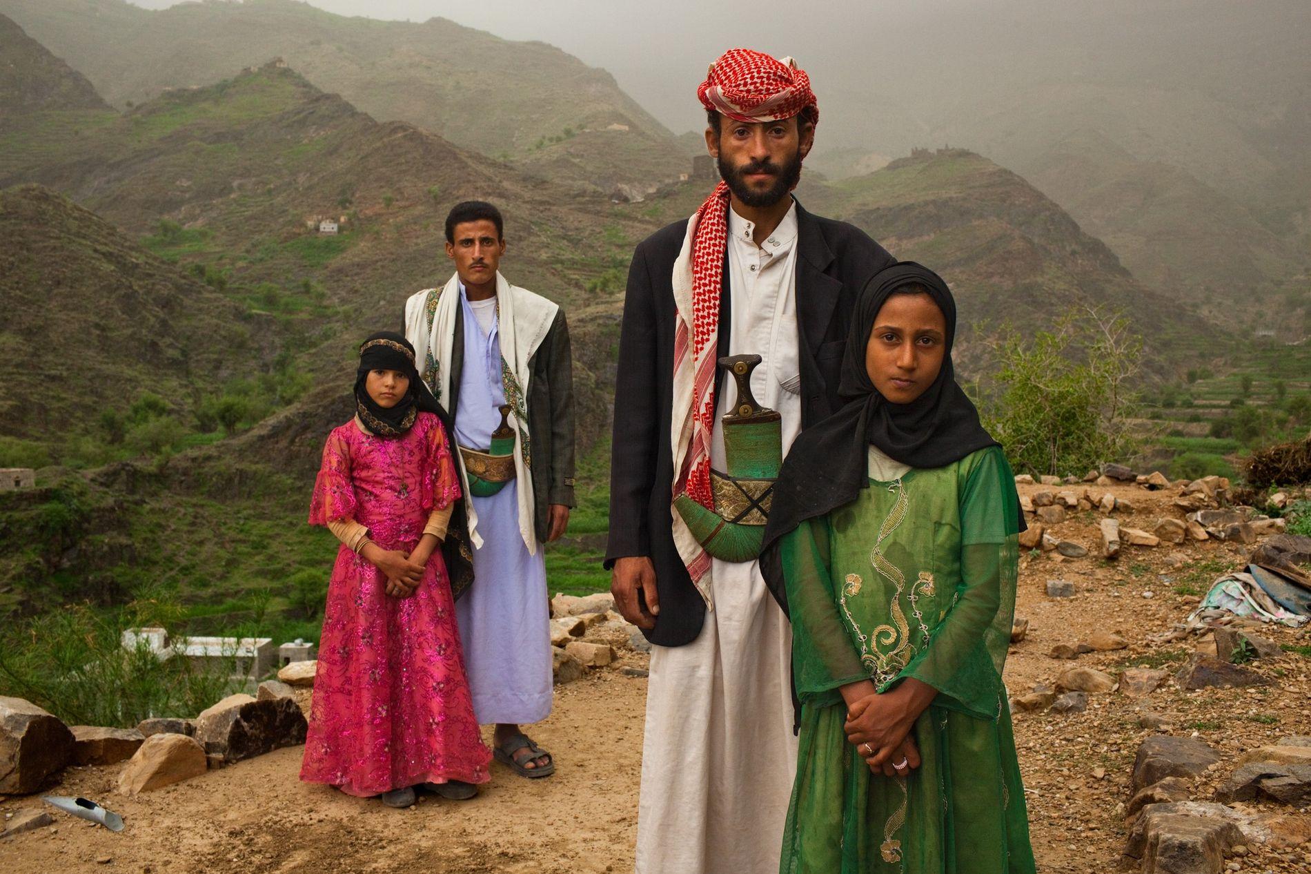 HAJJAH, IÉMEN – Os homens que acompanham estas raparigas iemenitas não são os seus pais. Para ...