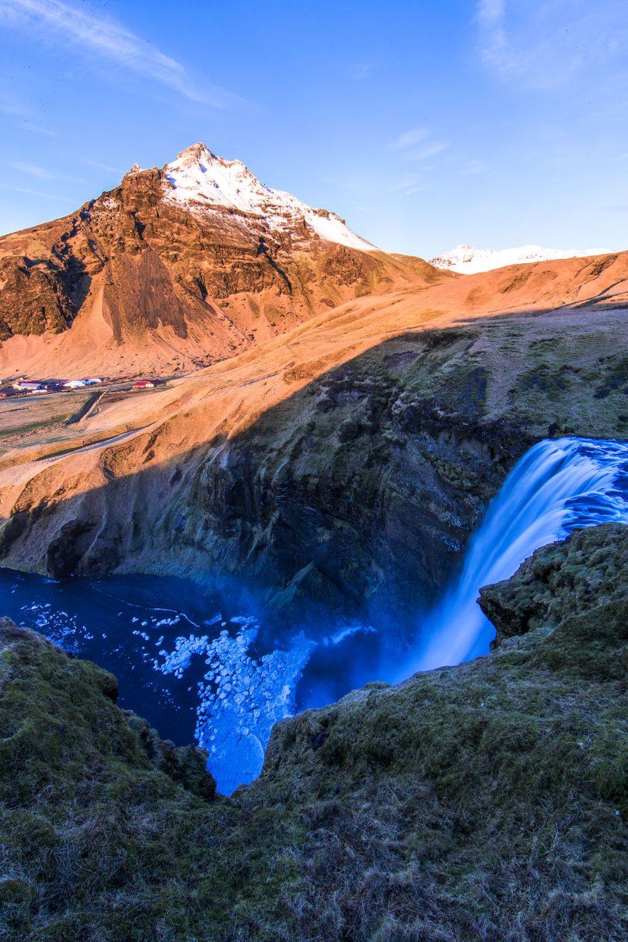 Skógafoss é uma das cascatas icónicas da Islândia.