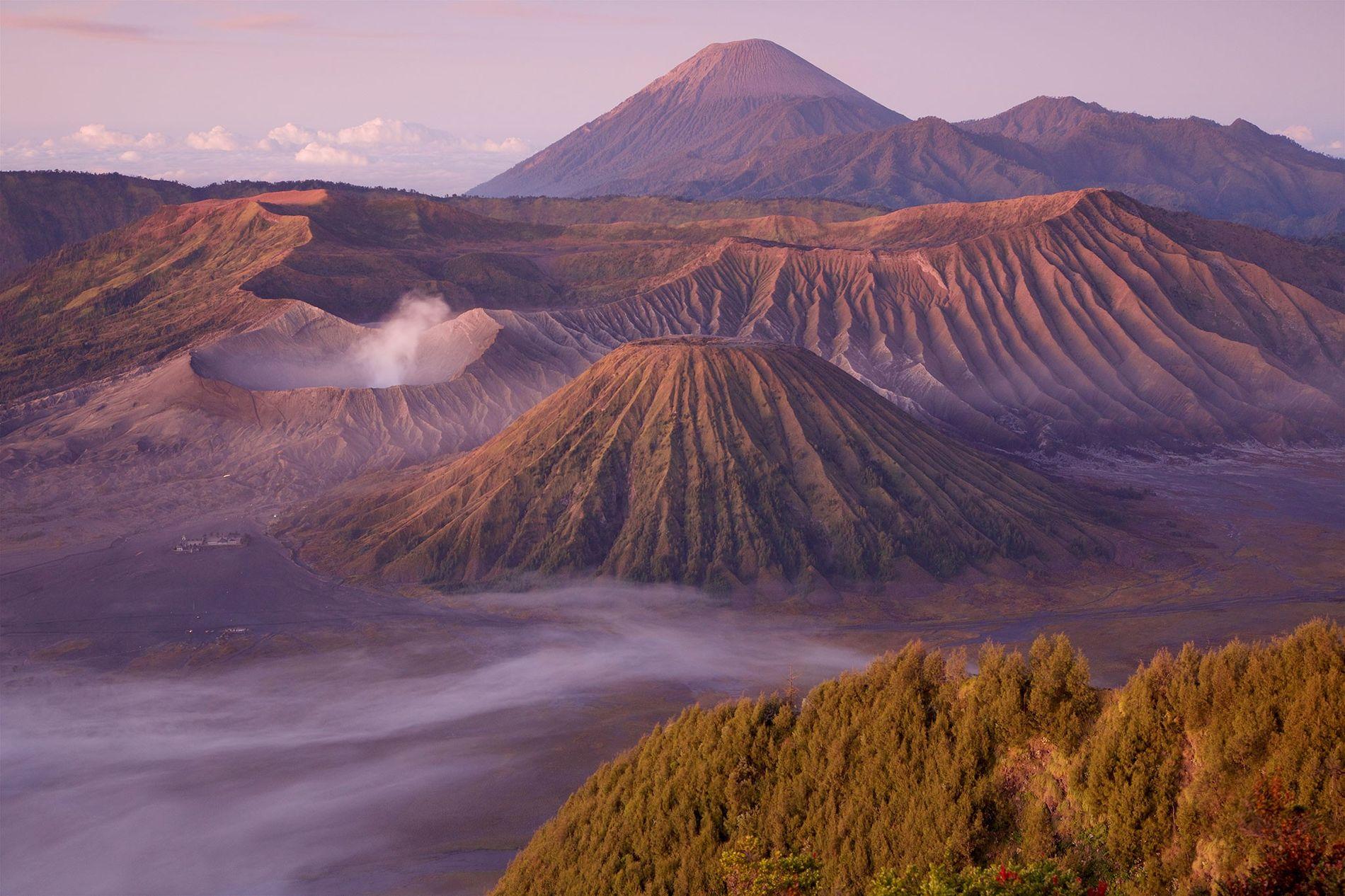 Nuvens circundam o Monte Bromo, um vulcão ativo em Java, na Indonésia.