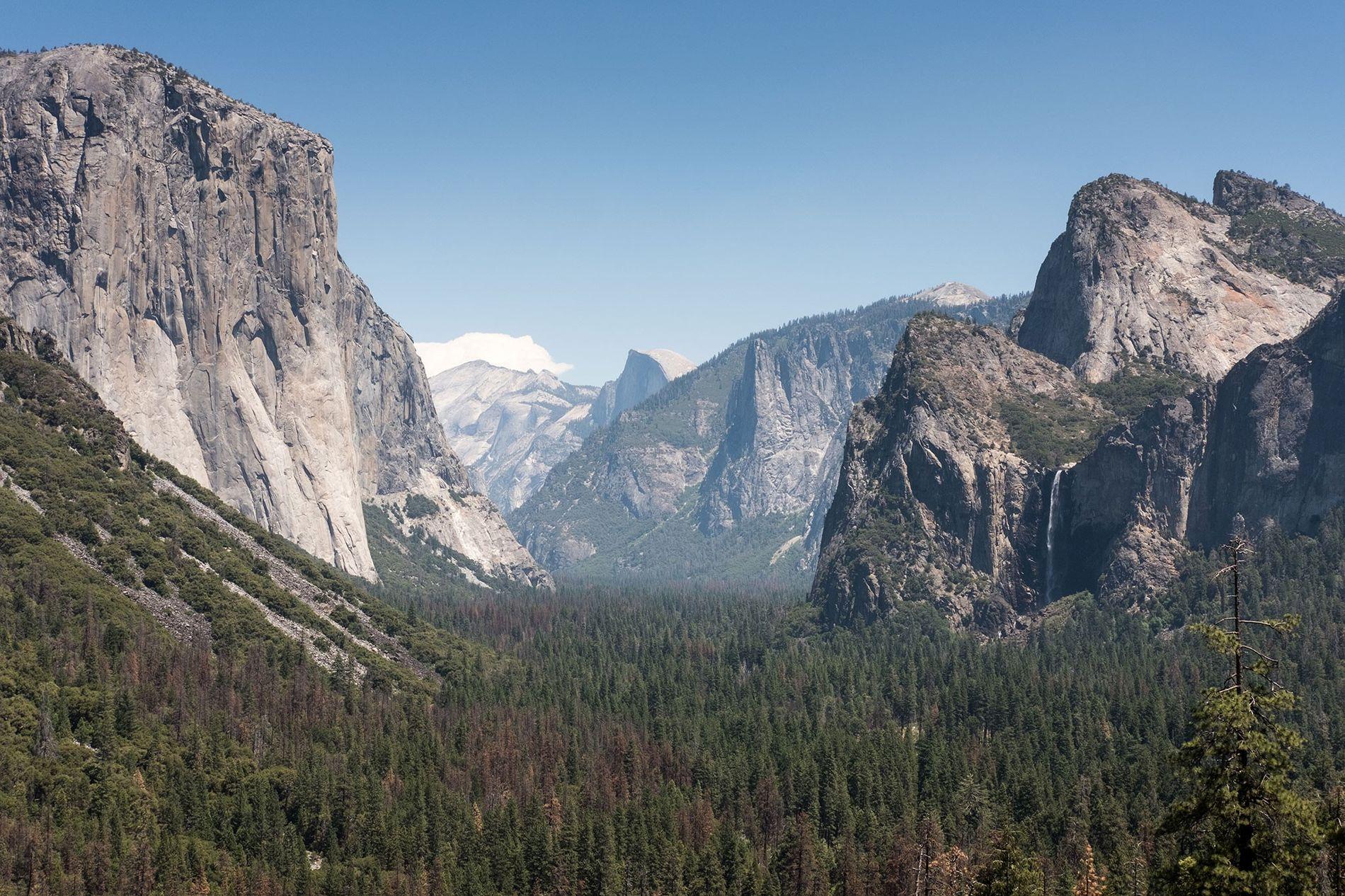 Panorâmicas icónicas, como esta vista de Bridal Veil Falls, fazem de Yosemite um dos parques nacionais ...