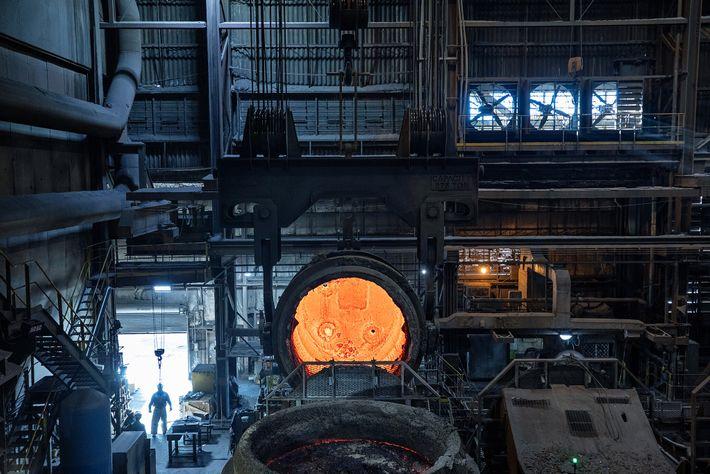 As fornalhas da empresa de siderurgia SSAB America, em Montpelier, no Iowa, são elétricas e, em ...