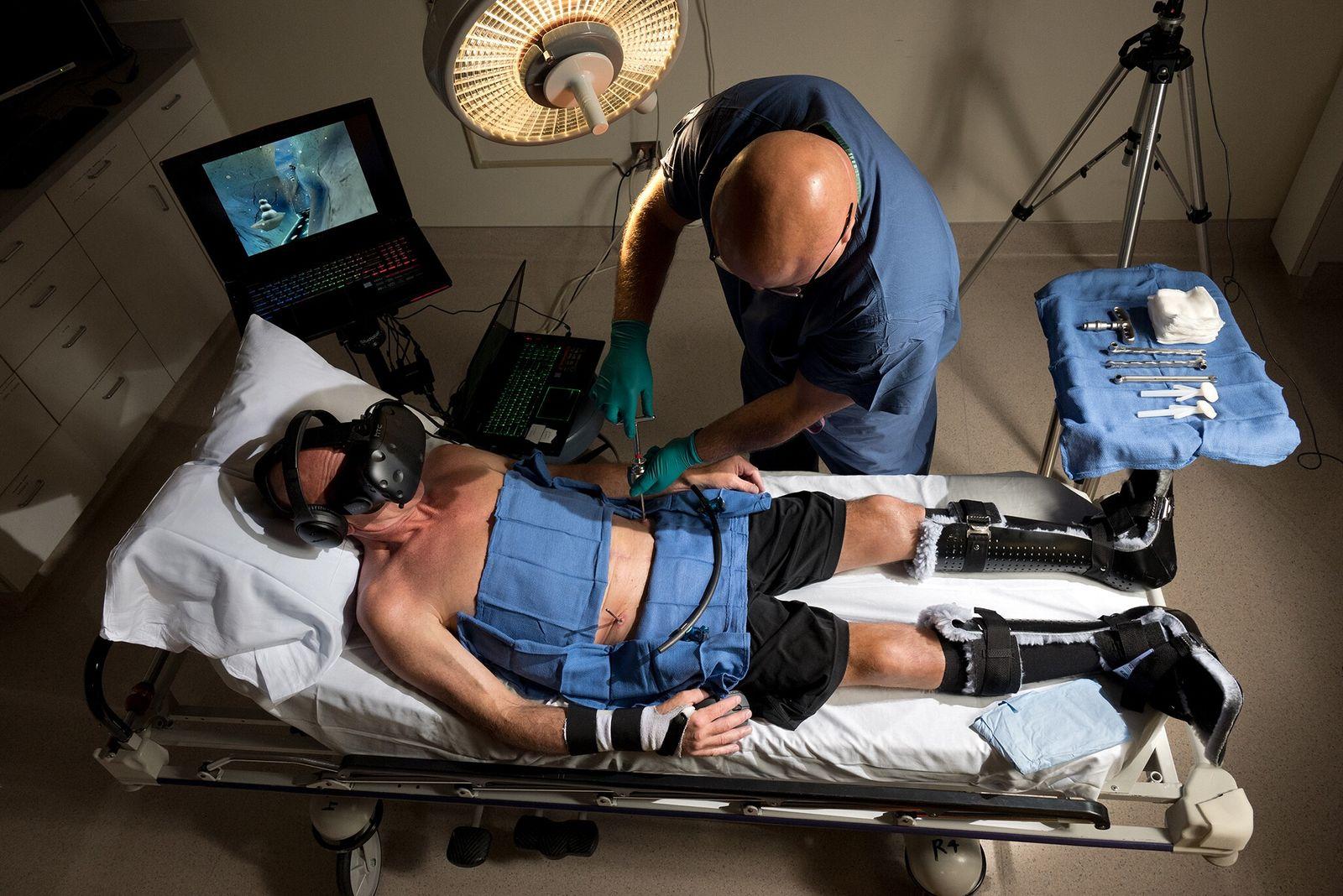 Durante uma operação no Centro Médico Harborview da Faculdade de Medicina de Washington, em Seattle, o ...