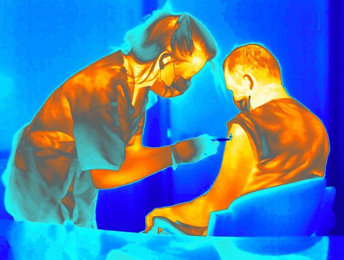 Um voluntário num ensaio clínico é injetado com uma vacina refrigerada contra a COVID-19, vacina desenvolvida ...