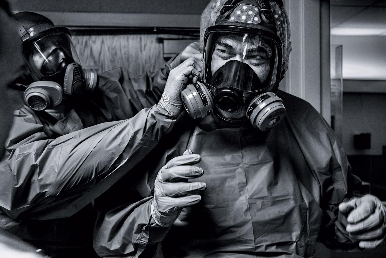 O médico Gerald Foret coloca uma máscara de proteção antes de atender pacientes com COVID-19 no ...