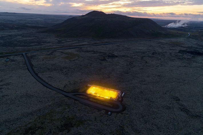 Situada num campo de lava da Península Reykjanes, na Islândia, esta estufa de carbono negativo têm ...