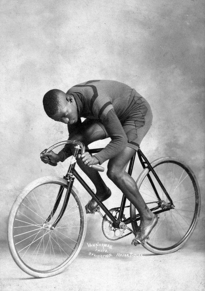 """O primeiro astro do ciclismo, o americano Marshall Walter """"Major"""" Taylor, tornou-se profissional em 1896, durante ..."""
