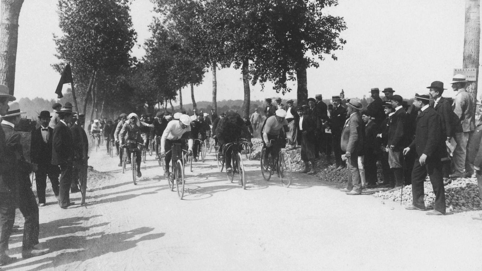 O primeiro Tour de France (Volta a França) foi realizado em julho de 1903. Dos 60 ciclistas ...