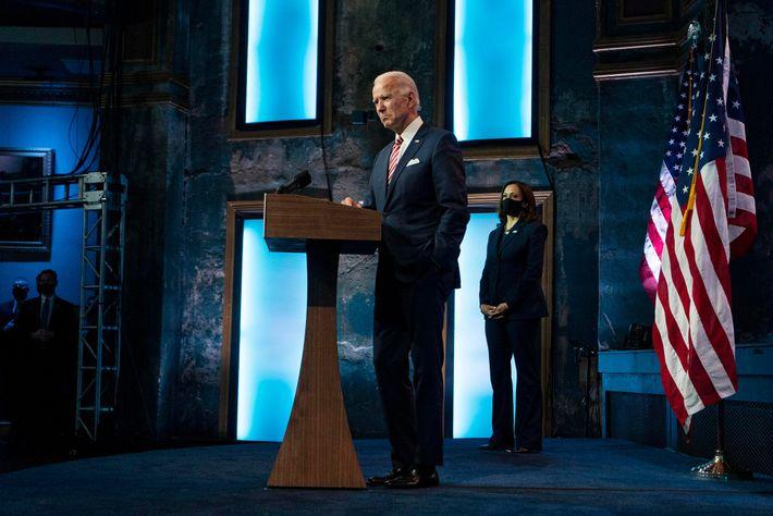 O presidente eleito Joe Biden discursa enquanto a vice-presidente eleita Kamala Harris assiste, no teatro The ...