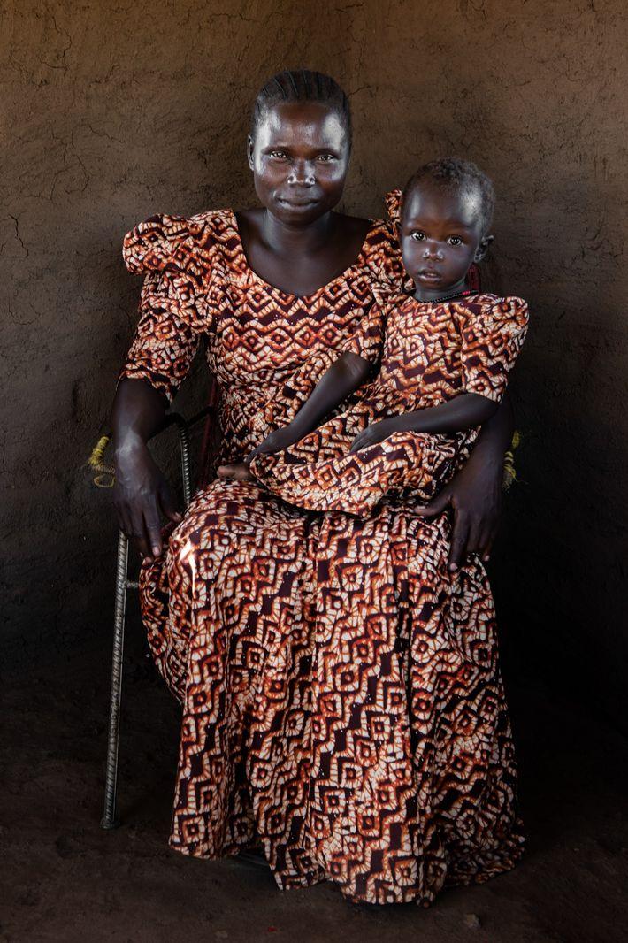 No Sudão do Sul, Rose Asha Sillah, na fotografia com a filha, ajudou a abrir uma ...