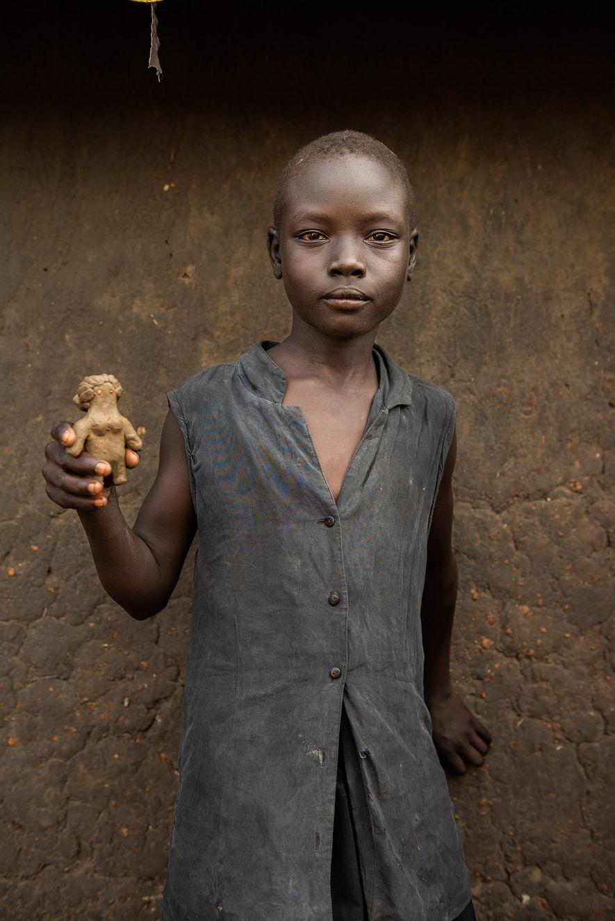 Omar Basir, um menino de uma das aldeias de Bidibidi, com uma boneca e um carro ...