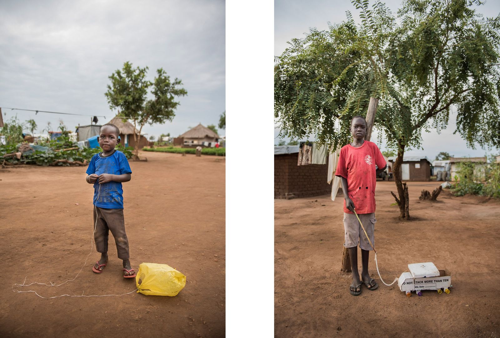 Esquerda: Um menino a brincar com um saco de plástico atado a um cordel.  Direita: ...