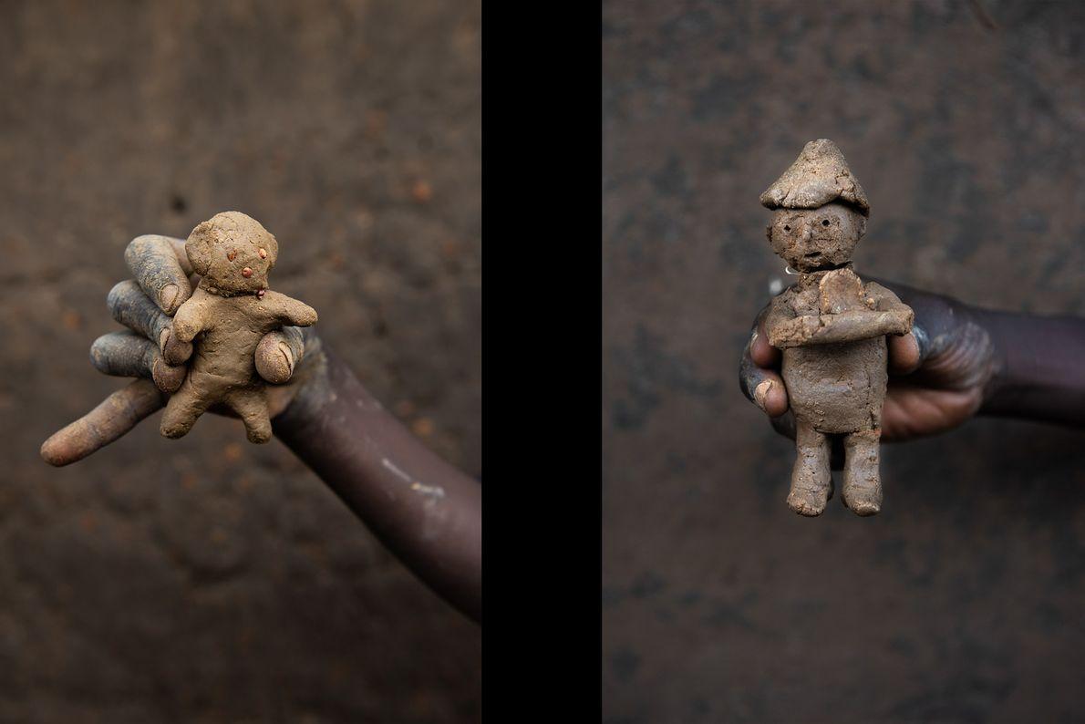 O boneco de Basir, na imagem à esquerda, e o boneco feito por Abudui Ino, 10 ...