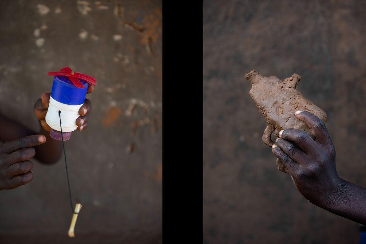 Brian Otim (esquerda) mostra uma misturadora de plástico que encontrou na rua e Falidi Aharo (direita) ...