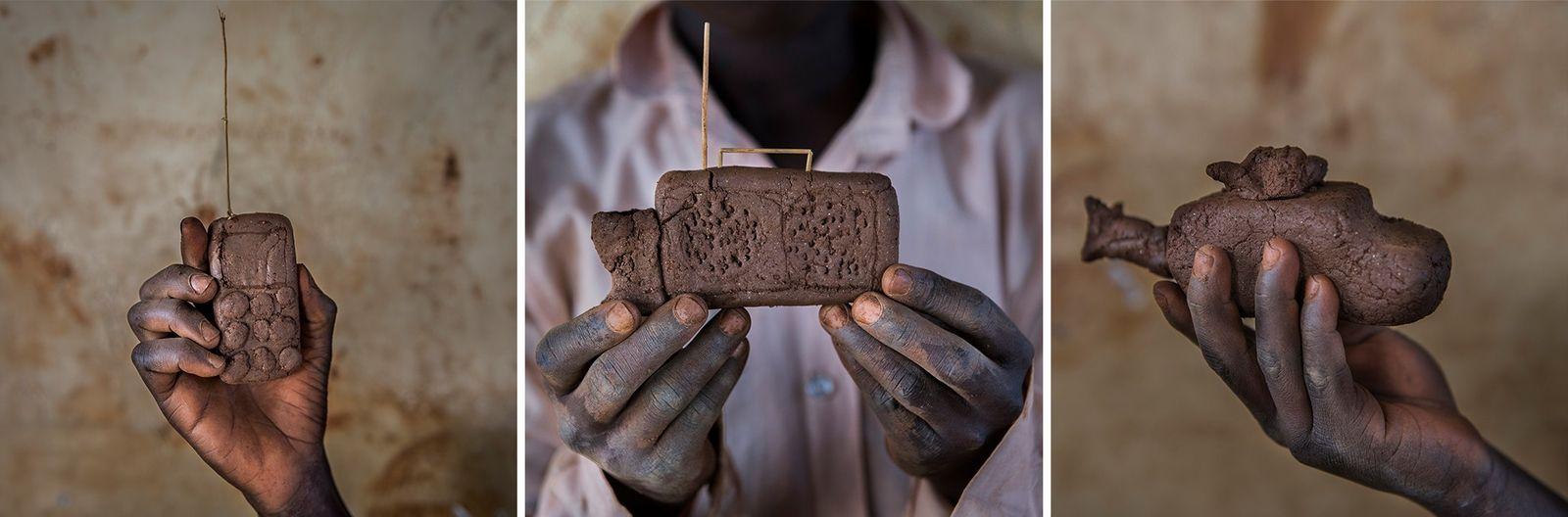 Um telemóvel, um rádio e um helicóptero, todos feitos de lama, demonstram o engenho dos ...