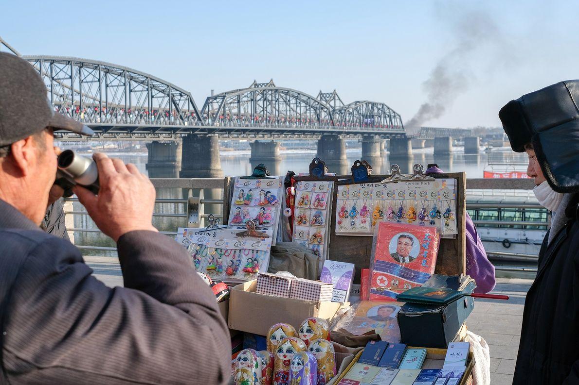 Um homem observa os artigos à venda num quiosque para turistas