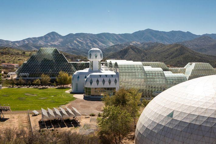 A Biosfera 2, em Oracle, no Arizona, tem uma floresta tropical em miniatura onde as árvores ...