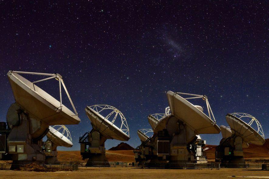 O céu noturno brilha sobre as 66 antenas de rádio de Atacama Large Millimetre/sub-millimeter Array (ALMA), ...