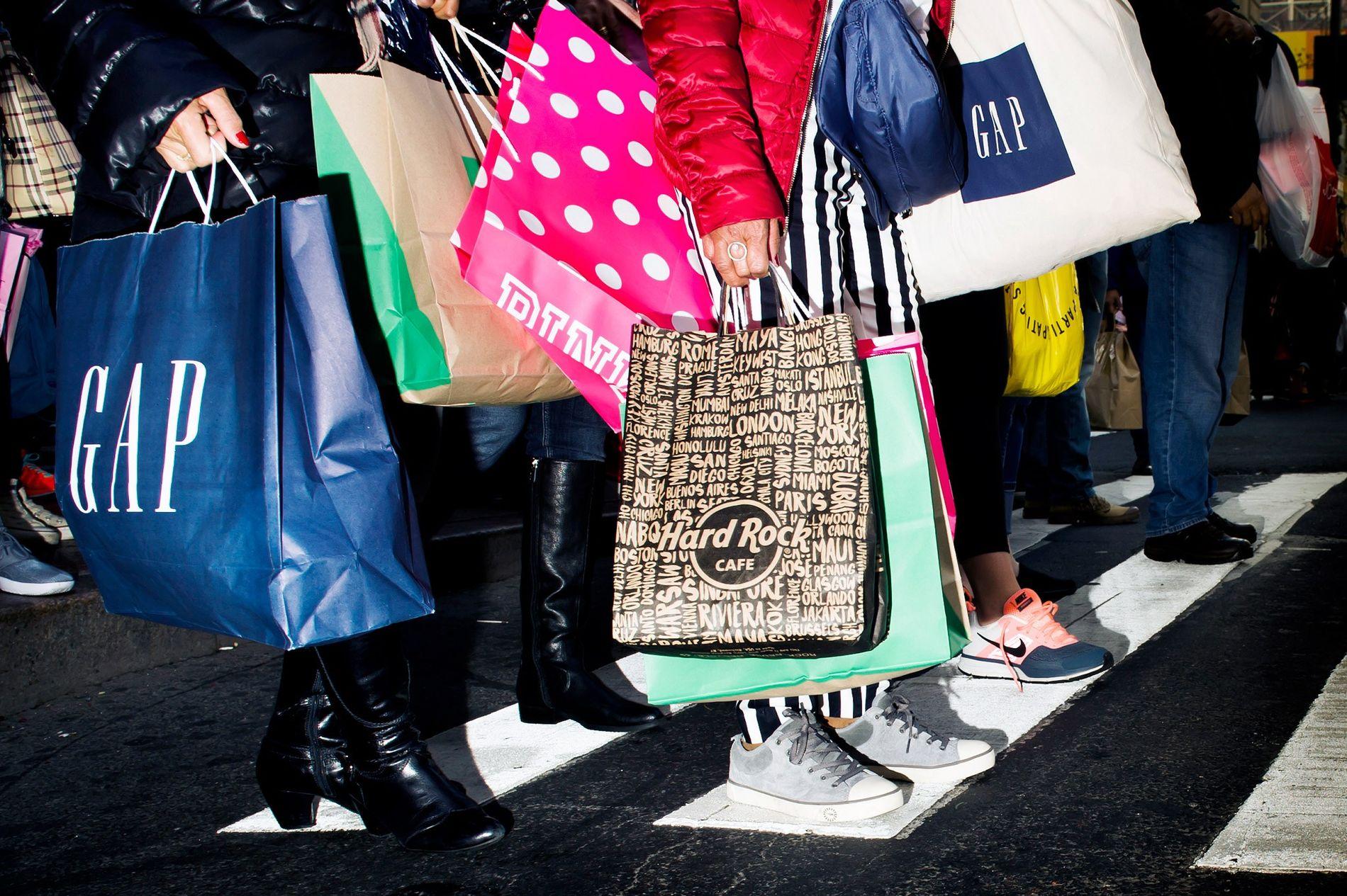 Consumidores numa passadeira, durante a Black Friday em Nova Iorque, 27 de Novembro de 2015. A ...