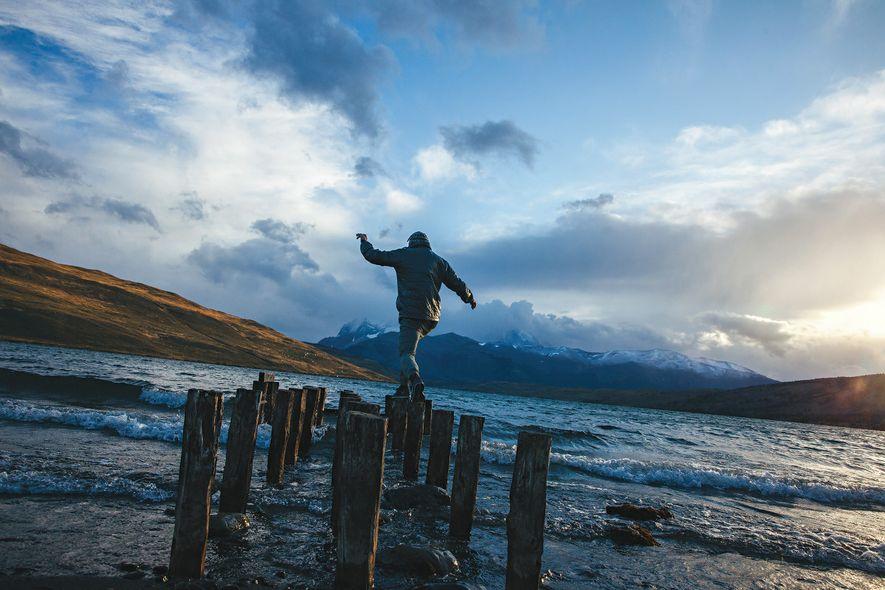 Um homem equilibra-se em estacas, por cima da Lagoa Azul.