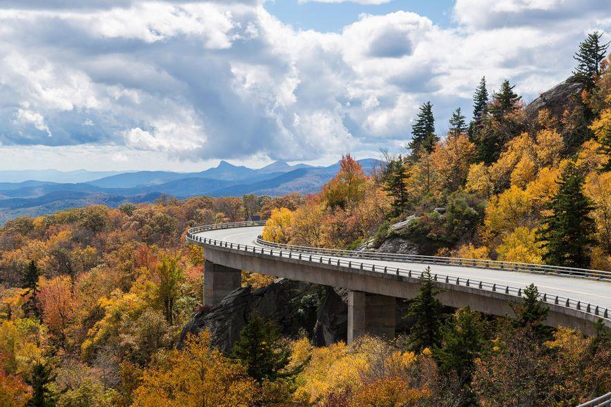 A folhagem espetacular do outono cobre as montanhas percorridas pela Blue Ridge Parkway, ao longo da ...