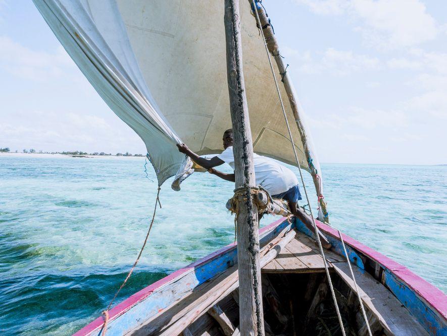 Barcos que transportam turistas entre o continente e a Ilha de Moçambique.