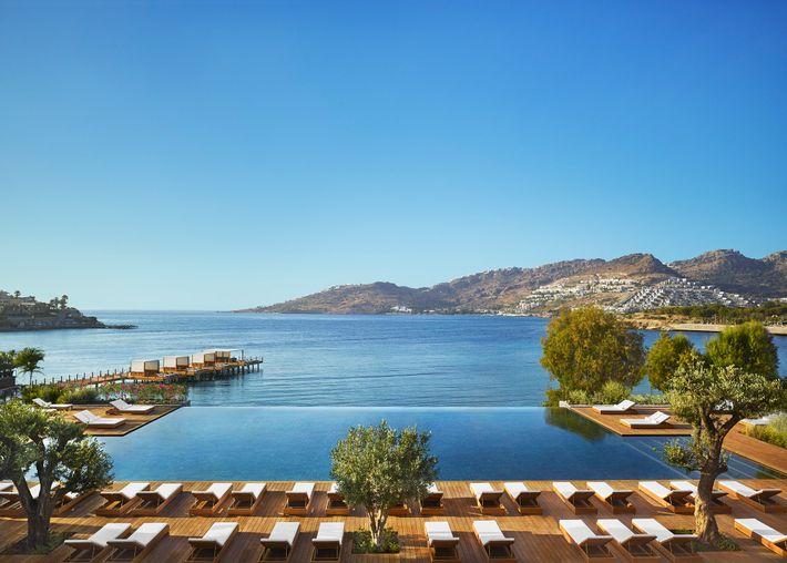 O hotel Bodrum Edition oferece vistas impressionantes do mar Egeu.