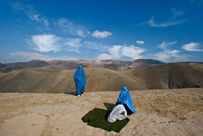 Mulher grávida na berma da estrada no Afeganistão