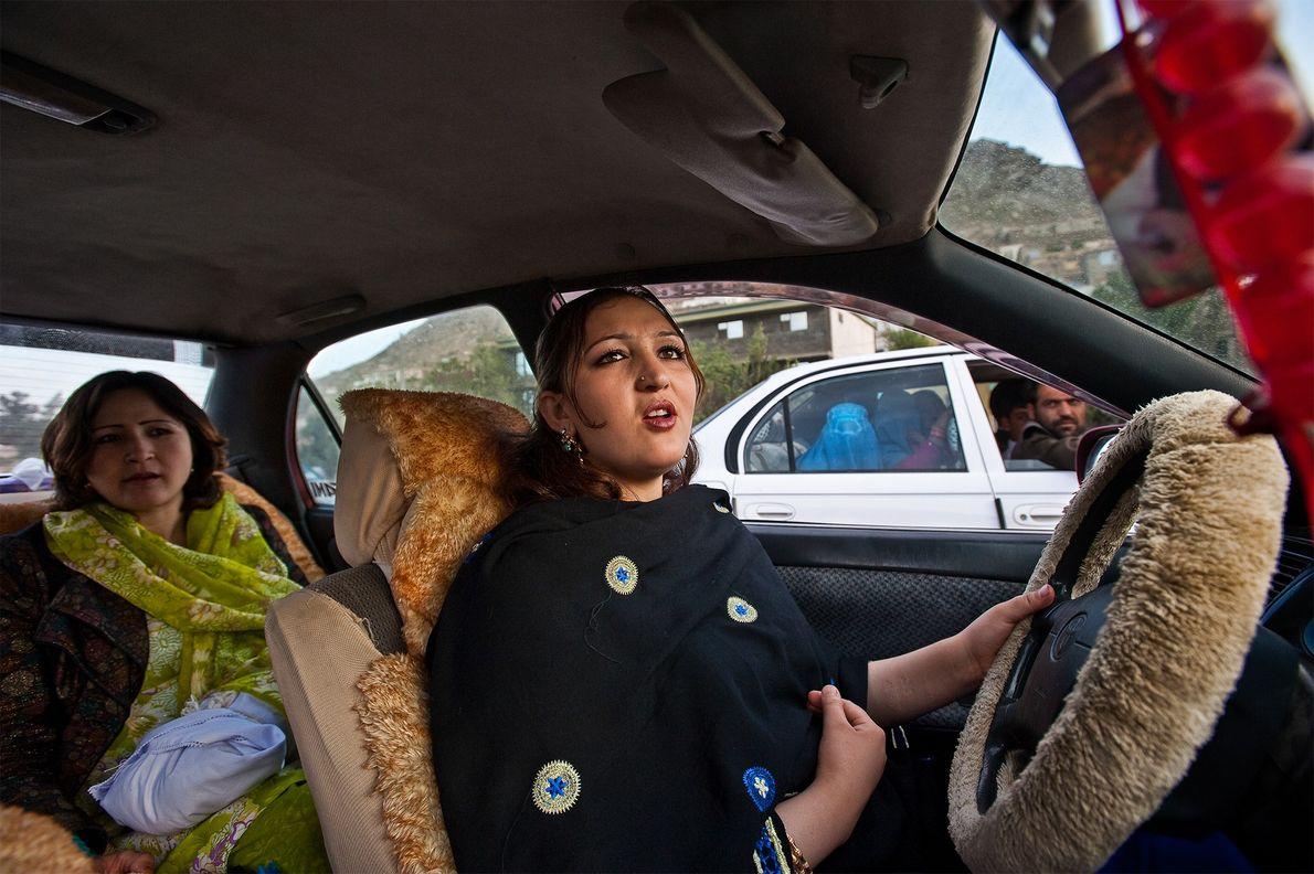 Uma atriz conduz em Cabul