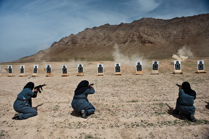 Mulheres polícias afegãs a usar espingardas AMD-65