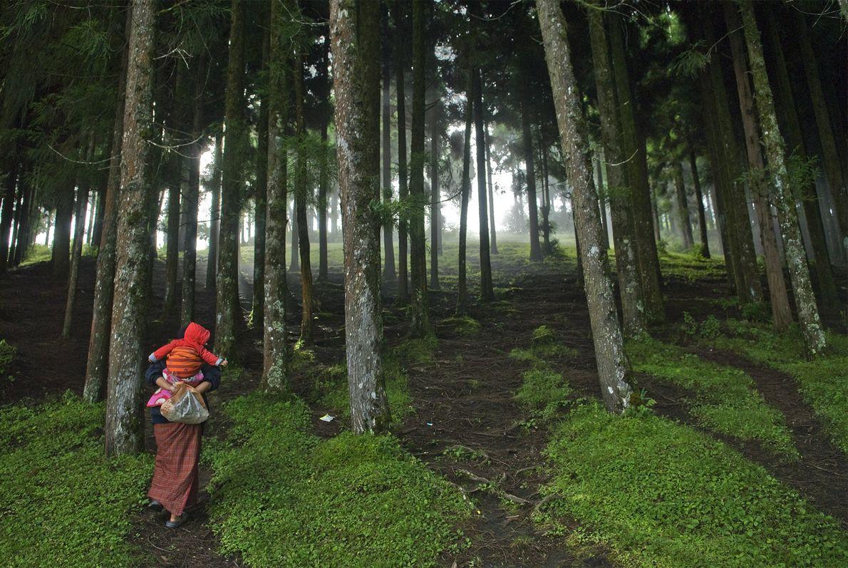 Mulher com o filho no Butão