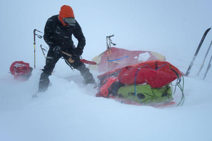 Enquanto a equipa esteve no Alasca, o clima foi um desafio constante e, por vezes, ficavam ...