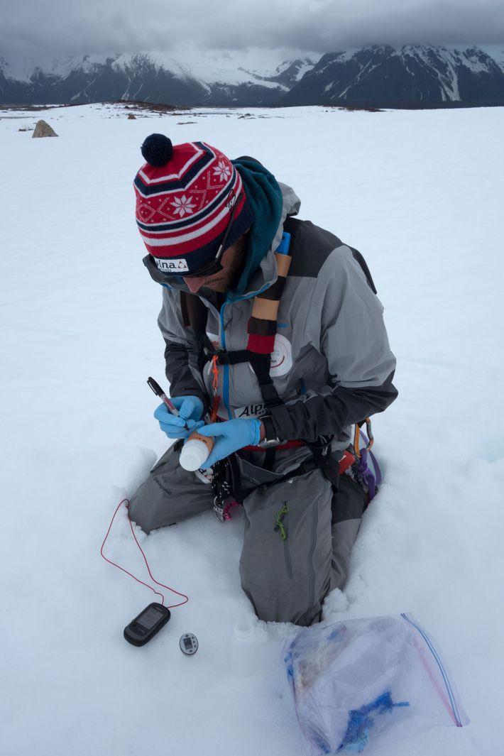 Colliard anota a sua informação posicional numa amostra de neve, recolhida pela equipa para levar para ...